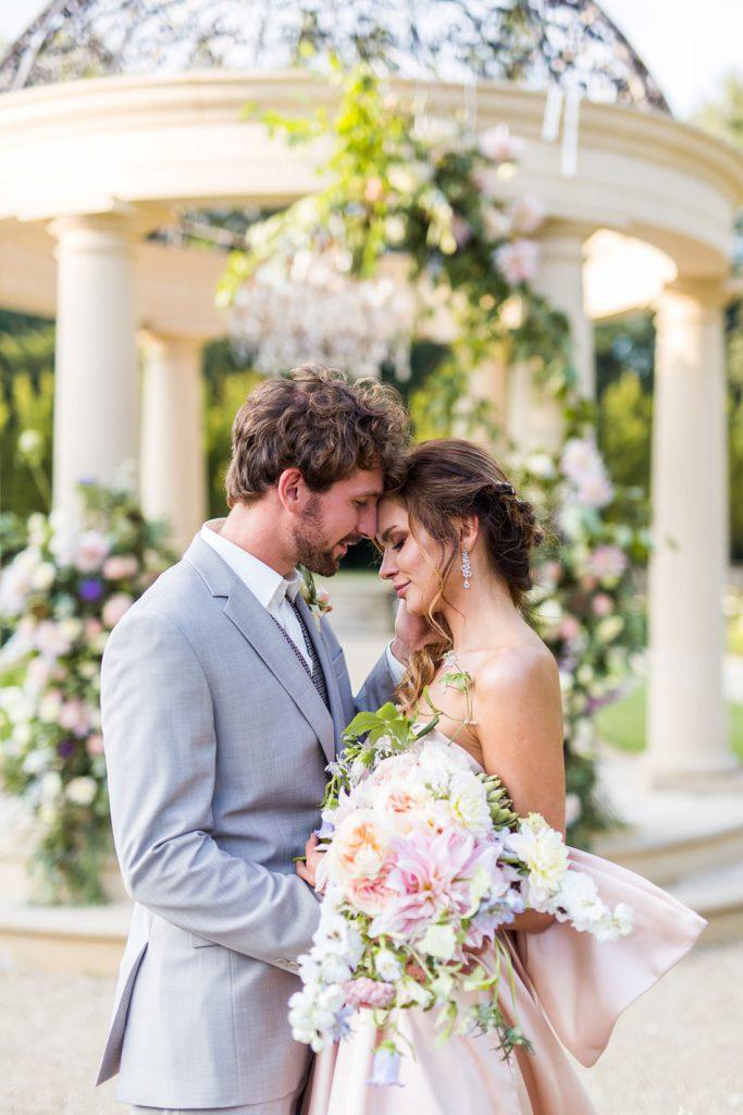 Sesja ślubna w plenerze wśród kwiatów